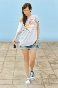zipz-shoes_denim-shorts_maxi-tee_comfy-look_pvc-bag_samsung-galaxy-camera_outfit_2-576x870
